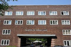 Einfahrt, Durchfahrt - Wohnanlage Friedrich Ebert Hof - Aufschrift auf der Hausfassade.