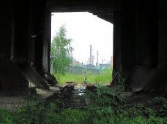 Unter dem Eisenbahnviadukt an der Versamannstrasse - die Gleise sind entfernt; im Hintergrund der Zollzaun an der Versmannstrasse.