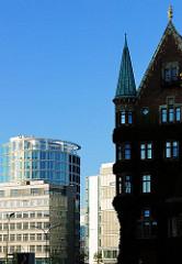 Historisches Speichergebäude / Verwaltungsgebäude in der Hamburger Hafencity und moderne Architektur in Hamburgs Stadtteil an der Elbe.
