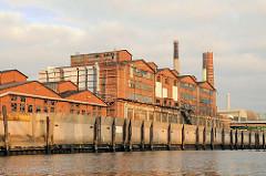 Historisches Ziegelgebäude, Architektur im Hamburger Hafen - Gebäude im Industriegebiet Hamburg Veddel, Peute.