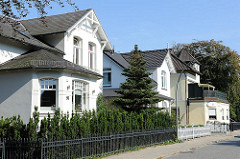 Wohngebäude in einer Seitenstrasse von Hamburg Nienstedten - Wohngebiete in den Hamburger Elbvororten.