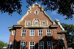 Backsteinfassade Stellinger Rathaus, erbaut 1912 - Architektur in Hamburg.