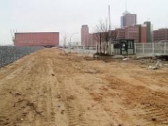 Bauvorbereitungen am Kaiserkai - Sand ist aufgeschüttet; rechts Bürogebäude am Sandtorhafen - im Hintergrund das Speichergebäude des Kaispeichers A / Kaiserspeichers. (2003)