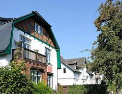 Hamburger Wohngebiete - Seitenstrasse in HH-Sülldorf - Wohnhaus im Heimatstil mit Fachwerk - Birnbaum als Strassenbaum,