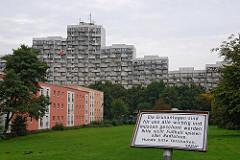 Wohngebäude in der Siedlung Osdorfer Born - Schild Grünanlage nicht Fussballspielen und Radfahren.