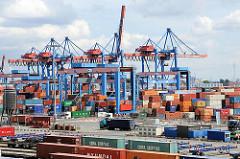 Blick über das Container Terminal Altenwerder - im Vordergrund die beladenen Güterzüge  und hinter den Portalkränen und dem Containerlager die Containerbrücken am Ballinkai.