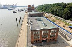 Elbe vor Hamburg Altona - historische Industriearchitektur, Hafenarchitektur - Altonaer Kaispeicher Neumühlen; Bäume am Elbhang.