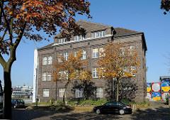 Hamburgs Architektur - Klingergebäude - Dekorelement alte Schule Berzeliusstrasse - Hamburg Billbrook.