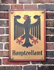 Metallschild Hauptzollamt - Bundesadler; Wappen Bundesrepublik Deutschland - Hauptzollamt an der Hausmauer Hamburg Veddel.