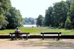 Sitzbank mit Blick Richtung Aussenmühlenteich - Harburger Stadtpark am Eingang von Hamburg Eißendorf.