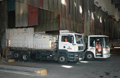 Müllfahrzeuge in der MVA Borsigstrasse - Müllverwertungsanlage - Müllverbrennungsanlage hohe Schornsteine Stadtteil Billbrook.