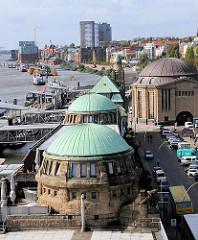 Mit Kupfer gedeckte Dächer der Gebäude der St. Pauli Landungsbrücken.