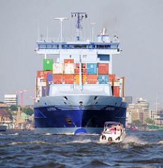 Der Containerfeeder AURORA läuft aus dem Hamburger Hafen aus - ein Sportboot passiert den Frachter.