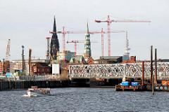 Blick zur Baakenbrücke - Baukräne in der Hafencity Hamburg - Kirchtürme der Nikolaikirche + Katharinenkirche (2008)