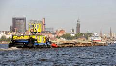Schubverband auf der Elbe - Schubschiff mit drei Schuten auf der Fahrt nach Hamburg Veddel.