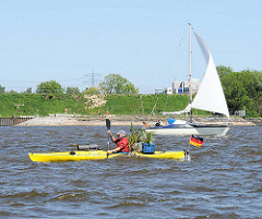 Schiffsverkehr auf der Elbe bei Wedel - Segelboot im Wind; Kanu mit Ladung fährt stromabwärts.