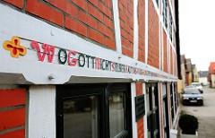 """Inschrift auf einem Fachwerkbalken in Hamburg Finkenwerder """"Wo Gott nichts selber baut...."""""""