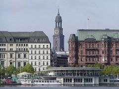 Hamburgs Wahrzeichen, der Michel - Blick durch die Strasse Grosse Bleichen zum Kirchturm.