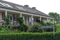Terrassen des Elbkurhauses - historische Hamburger Architektur.