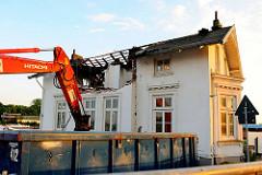 Ein Abrissbagger beginnt die Zerstörung der historischen Villa Hintzpeter am Ausschläger Elbdeich in Hamburg Rothenburgsort.
