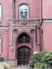 Historischer Eingang am Gebäude des Amts für Strom und Hafenbau - das 1886 fertiggestellte Verwaltungsgebäude steht seit 2006 unter Denkmalschutz.