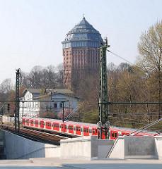 Hamburger Stadtteilfotos - Blick über die S-Bahngleise - alter Bahnhof Sternschanze - Wasserturm zum Hotel umgebaut.