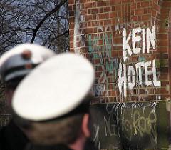 Widerstand im Stadtteil Sternschanze gegen den Umbau des Wasserturms in ein Luxushotel. - Polizisten und Aufschrift KEIN HOTEL.