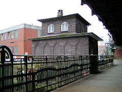 Backsteingebäude der Oberhafenkantine an de Oberhafenbrücke beim Oberhafenkanal - historisches Brückengeländer (2002)