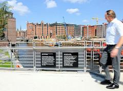 Baakenbrücke über den Magdeburger Hafen; Gedenktafel an 910 Sinti und Roma, die im Mai 1940 in Lagerhallen am Kai des Magdeburger Hafens festgehalten und dann in das KZ Belzec nach Polen deportiert wurden.
