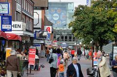 Shoppen auf dem Niendorfer Tibarg - Passanten in der Fussgängerzone - Geschäfte.
