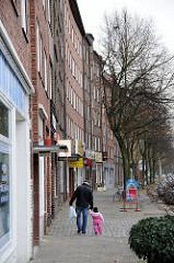 Geschlossene Bebauung Horner Landstrasse. Wohnblocks mit Läden.