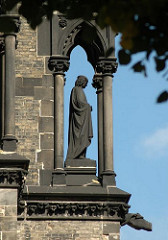 Skulptur an der Turmruine der ehemaligen Hamburger Hauptkirche St. Nikolai.