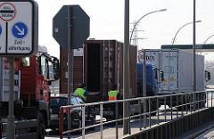 Prüfung von LKW am Übergang Reiherstieg Hauptdeich - Zollstation Freihafen Hamburg - Lastwagenkontrolle.