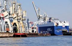 Hansahafen im Hamburger Hafenstadtteil Kleiner Grasbook - histoirsche Hafenkräne, Industriedenkmal - Frachtschiff am Oswaldkai.