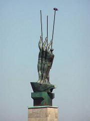 Bronzeplastik Drei Männer im Boot - Künstler Edwin Scharff - Grossplastik am Hohenfelder Ufer der Hamburger Aussenalster.