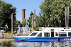Das Ausflugsschiff SERRAHN STAR hat am Entenwerder Anleger festgemacht - im Hintergrund der historische Wasserturm von Hamburg Rothenburgsort.