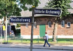 Strassenschilder Sülldorfer Kirchenweg Heidhofsweg - Scheune im Hintergrund.