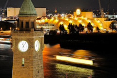 Nachtaufnahme vom Uhrenturm der St. Pauli Landungsbrücken - Bilder aus Hamburg.