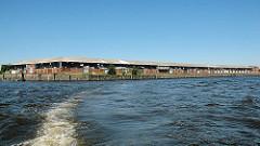 Blick von der Elbe auf die Lagerschuppen des Versmannkais am Baakenhafen. (2006)