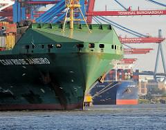 Bug des Containerfrachters CSAV Rio De Janeiro - der Containerfrachter hat eine Länge von 294m und kann 5294 TEU Container transportieren.