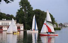 Segelschiffe auf dem Wasser der Alster - Alsterufer von HH-Uhlenhorst, Aussenalster.