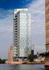 Bürogebäude am Ufer der Elbe - Büroturm in Hamburg Altona - neue Architektur an der Elbe; Fotos aus den Hamburger Stadtteilen.