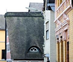 Hausfassaden in Hamburg Finkenwerder, Strohdachhaus - Fachwerkhaus mit Reet gedeckt.