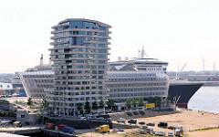 Unilevergebäude / Hochhaus am Kreuzfahrtterminal - Liegeplatz des Kreuzfahrtschiffs Queen Mary 2 am Hamburger Kreuzfahrtterminal Hafencity.