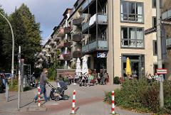 Neubauten bei der Bismarckstrasse - Fussgänger auf dem Fussweg.