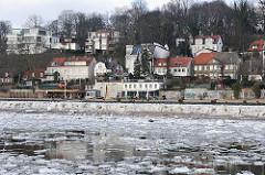 Blick über das Treibeis zum Elbufer von Hamburg Othmarschen.