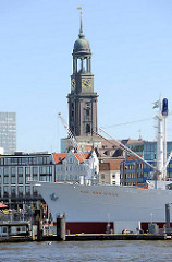 Bug des Museumschiffs Cap San Diego an der Überseebrücke - Turm der St. Michaeliskirche / Michel das Wahrzeichen Hamburgs.