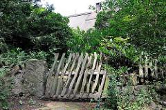 Alter Staketenzaun, Eingangtür zu einem Grundstück mit altem Bauernhaus - Hamburg Rönneburg.
