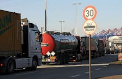Lastwagenstau an der Zollstation Waltershof - Schild mit Zoll / Douane.