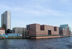 Hafenrandbebauung am Altoner Holzhafen - moderne Büroklötze am Wasser.
